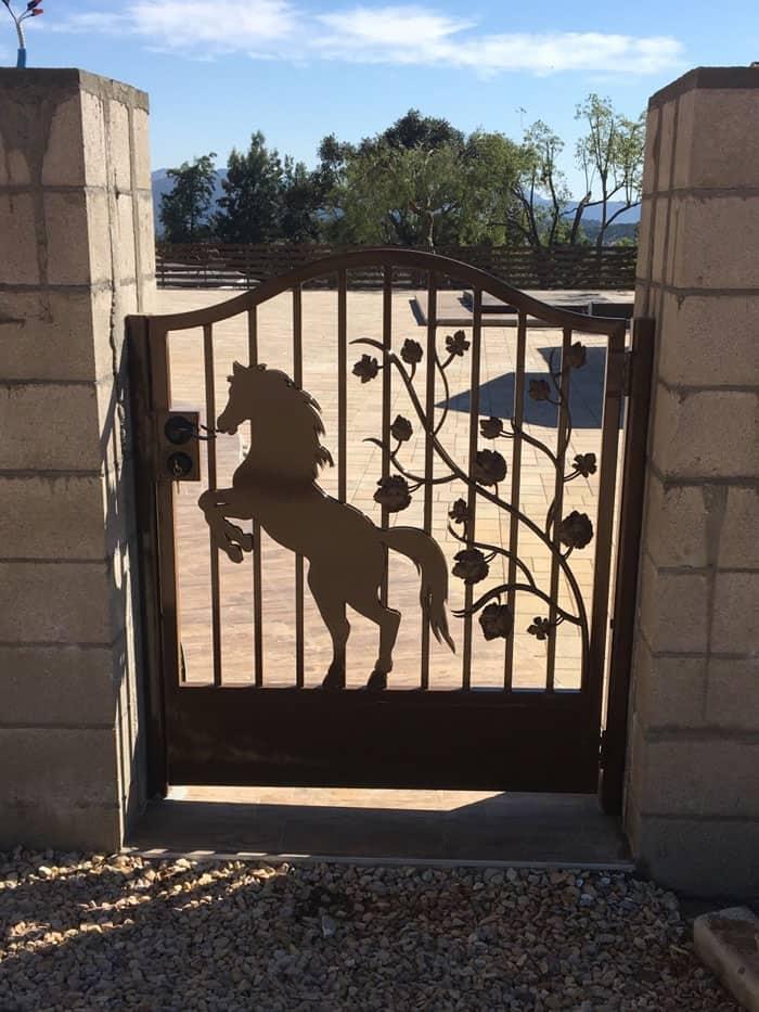 custom horse design gate legend fence corp